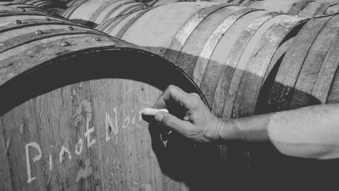 Tonneau de chêne de Pinot-noir en maturation dasn les caves voutées de la maison viticole Shmit-Fohl